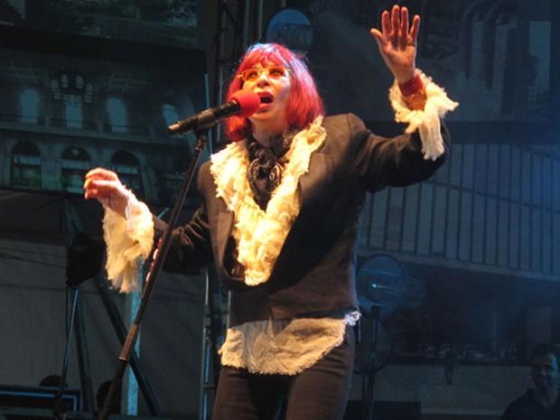 Rita Lee entrou no palco por volta das 22h55 com a bandeira da cidade e cantou sucessos como Banheira de Espuma (Foto: Paulo Toledo Piza/G1)