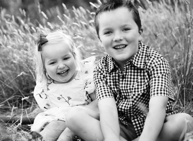 Hoje, o menino é saudável e tem uma irmã caçula (Foto: Reprodução/ Facebook Simone Langshaw)