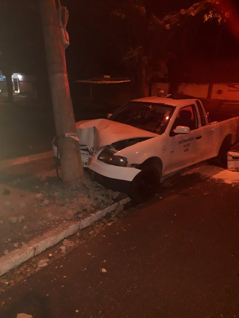 Veículo foi encontrado batido em uma rotatória de Garça — Foto: Polícia Militar/Divulgação