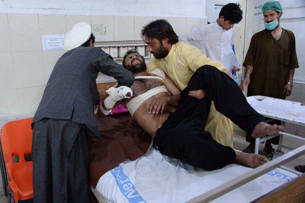 Homem é atendido em hospital após atentado em jogo de críquete (Foto: NOORULLAH SHIRZADA / AFP)