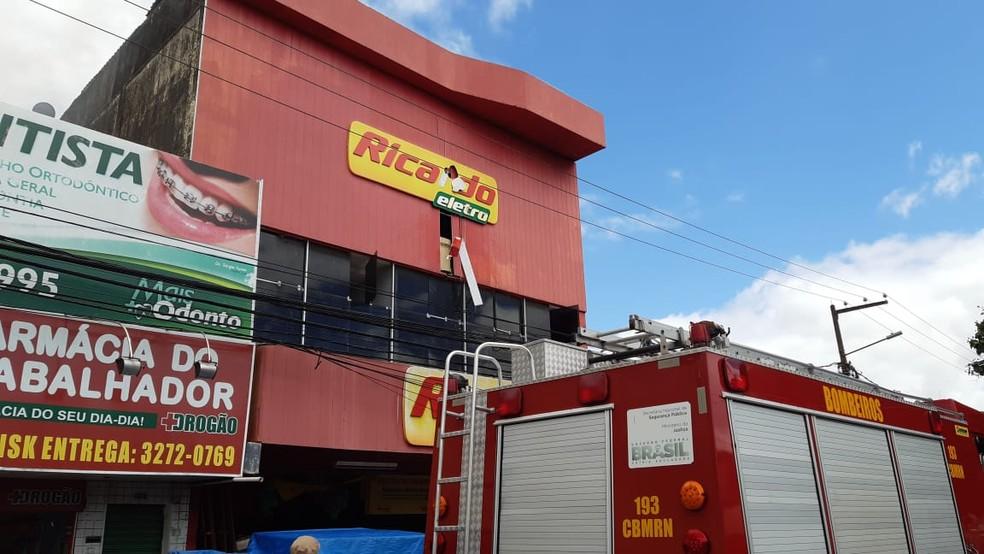 Incêndio atinge depósito de loja de eletrodomésticos em Parnamirim — Foto: Sérgio Henrique Santos/Inter TV Cabugi