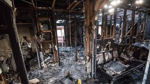 O interior da casa destruído pelo incêndio (Foto: Reprodução)
