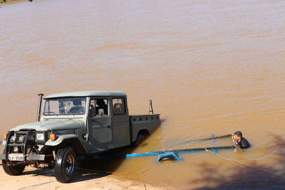 Bombeiros e guincho particular ajudaram na retirada do rio Parnaíba (Foto: Catarina Costa/G1)