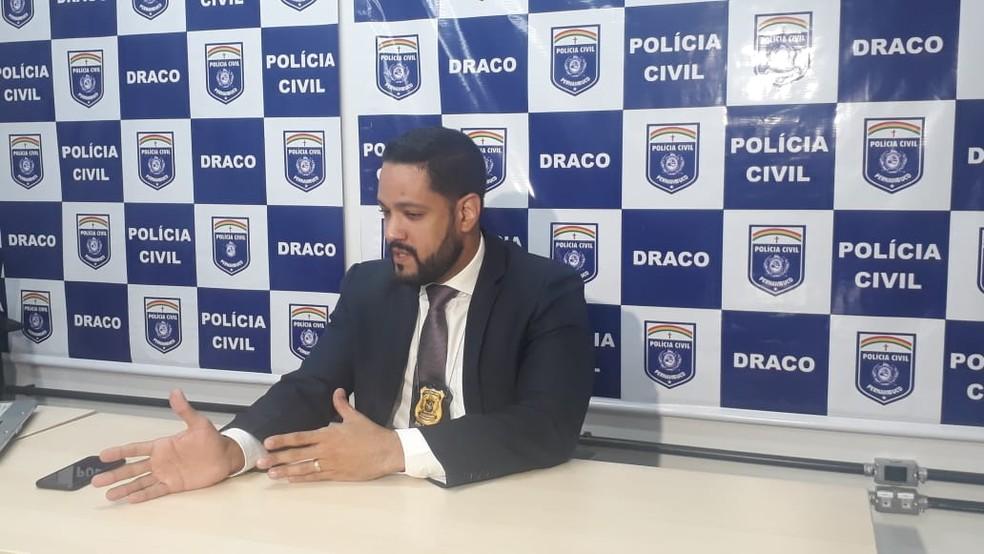 Delegado Paulo Furtado apresentou caso da prisão de uma mulher presa, em Olinda, por tentativa de assassinato e ocultação de desvio de recursos de entidade — Foto: Polícia Civil/Divulgação