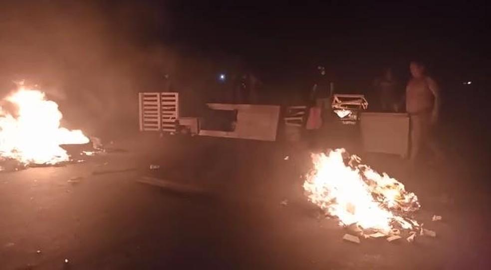 No bairro Buritizal, na Zona Sul, grupo fez barricada — Foto: Reprodução
