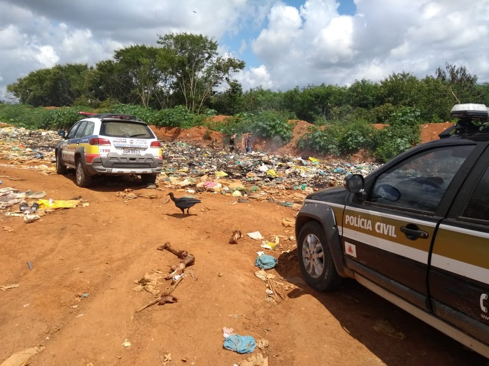 Catadores acharam os fetos no aterro sanitário — Foto: Polícia Militar/ Divulgação