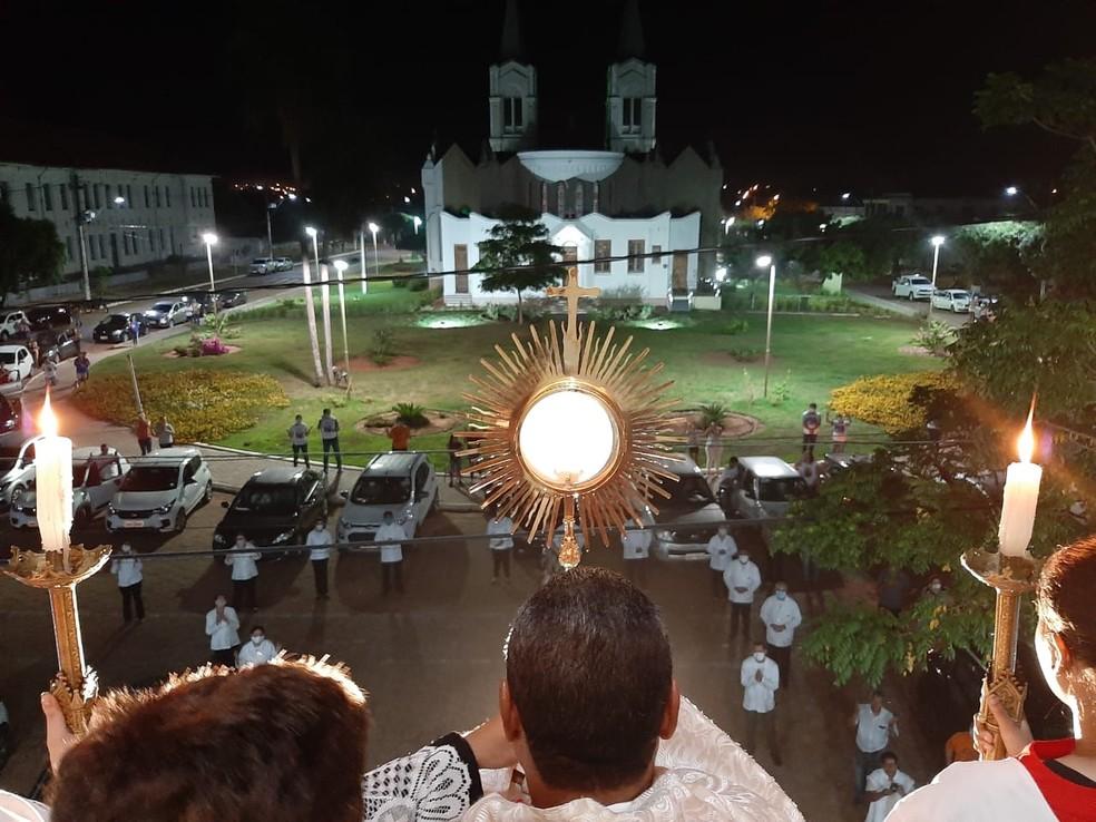 Missa drive-trhu celebrada nesta quinta-feira à noite em Aquidauana (MS) — Foto: Padre Paulo Nascimento de Souza/Arquivo Pessoal