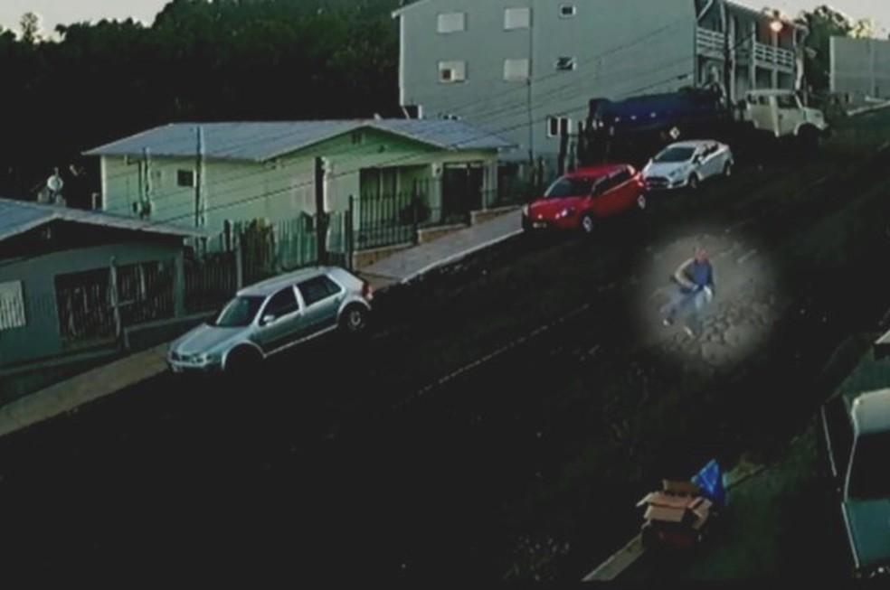 Industriário Francisco Reihner aparece correndo, desesperado, de caminhão desgovernado  — Foto: Reprodução/RBS TV