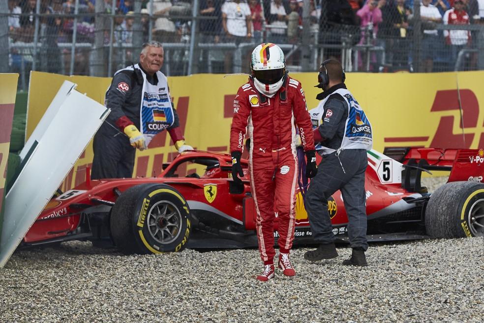 Sebastian Vettel sai do carro após o erro no GP da Alemanha de 2018, em Hockenheim — Foto: Getty Images