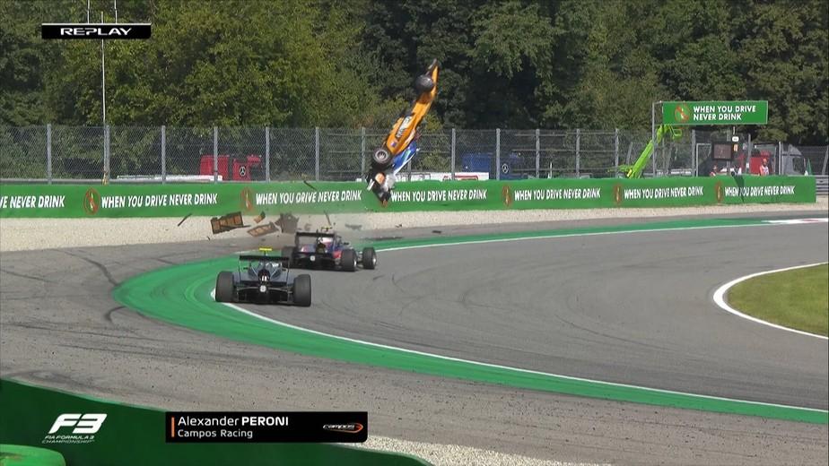 Em acidente assustador na F3 em Monza, carro decola em lombada mas piloto australiano sai ileso
