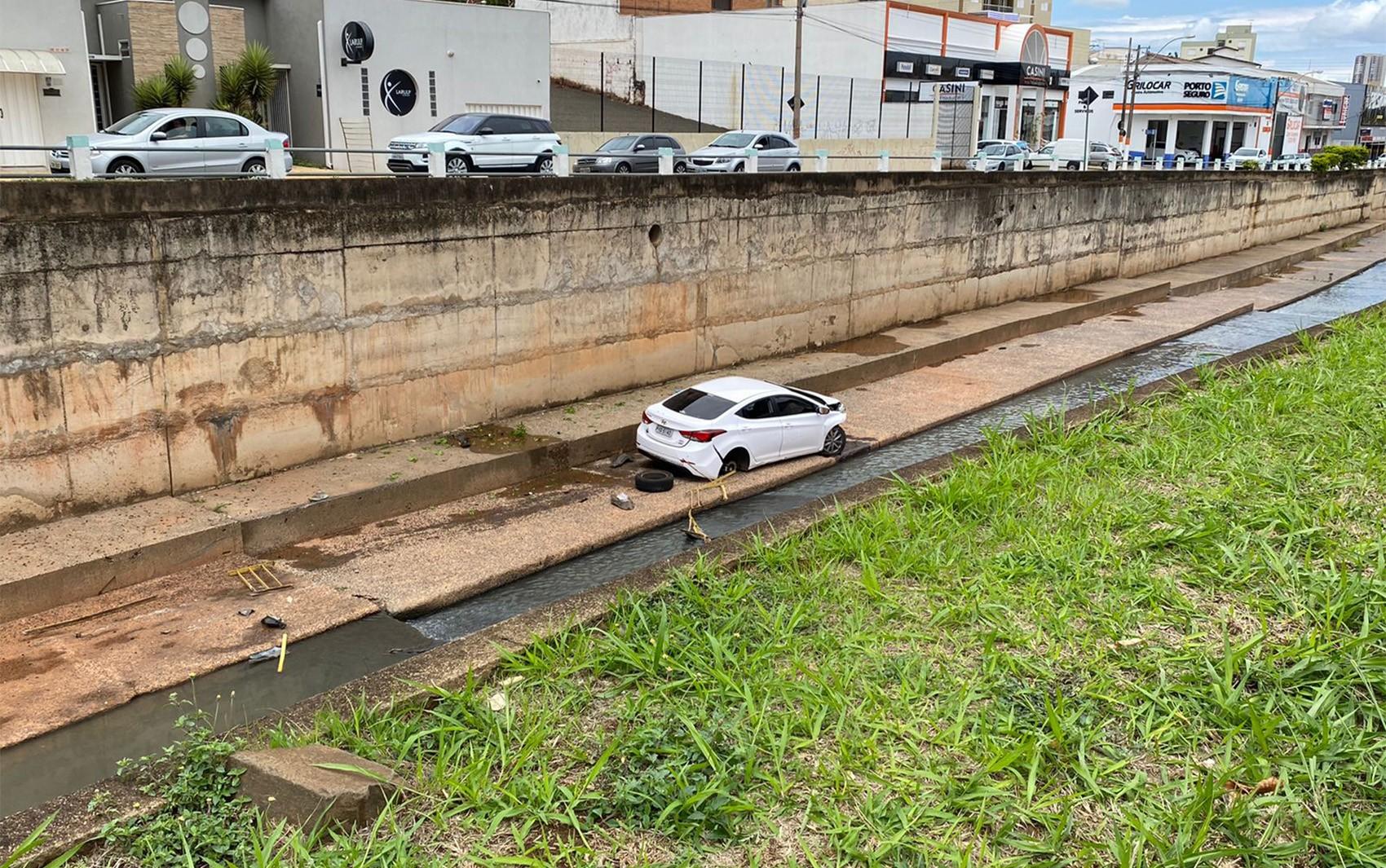 Motorista cai com carro em canal após garrafa d'água prender acelerador em Franca, SP