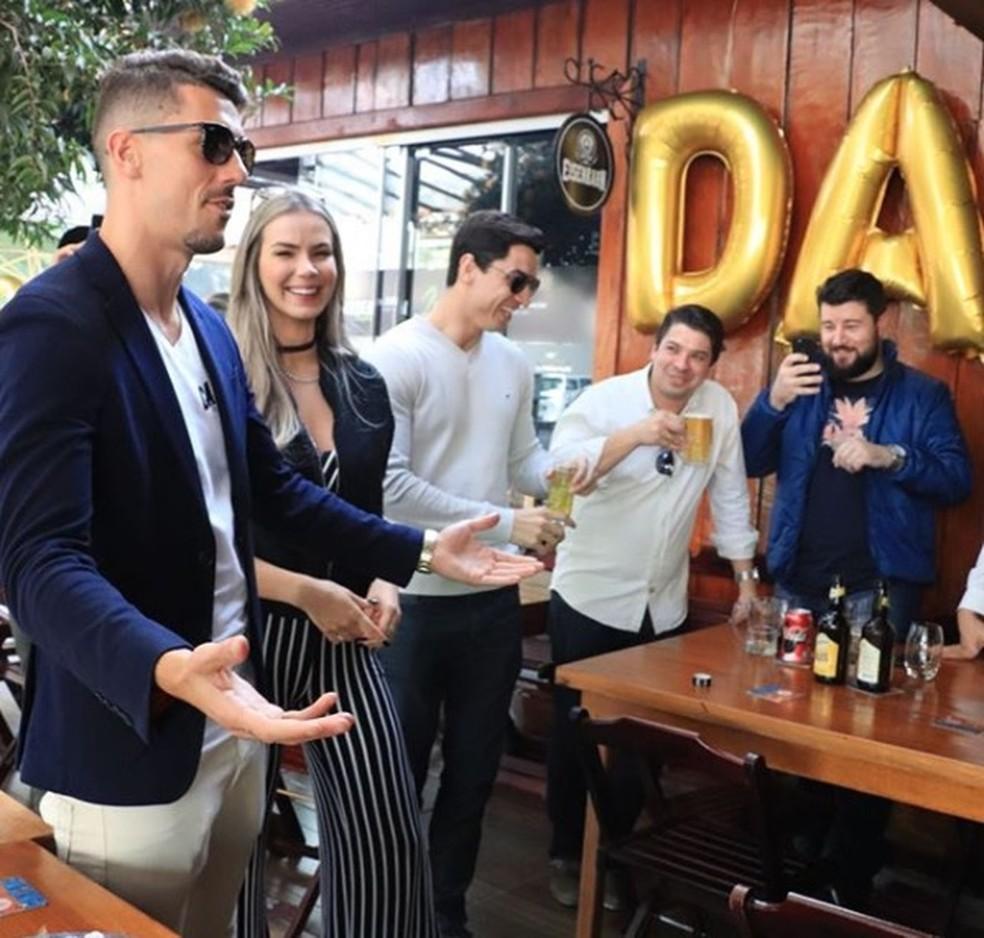 Danilo Avelar ao lado de amigos no bar em que é dono, em Paranavaí (Foto: Reprodução)