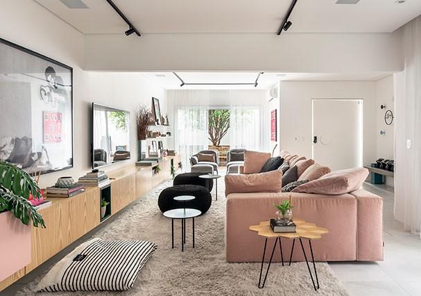 A sala de estar com vista para a jabuticabeira que recebe quem entra na casa. (Foto: Ricardo Bassetti)