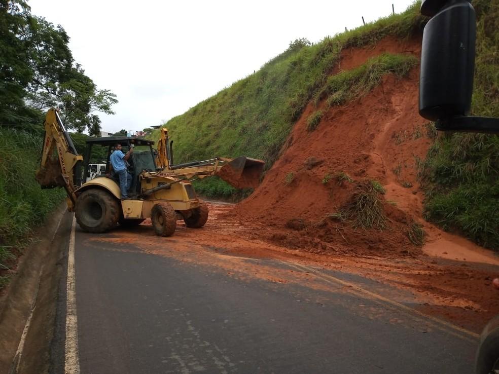 Deslizamento de talude interdita BR-356, na Estrada do Vermelho — Foto: Prefeitura de Muriaé/Divulgação