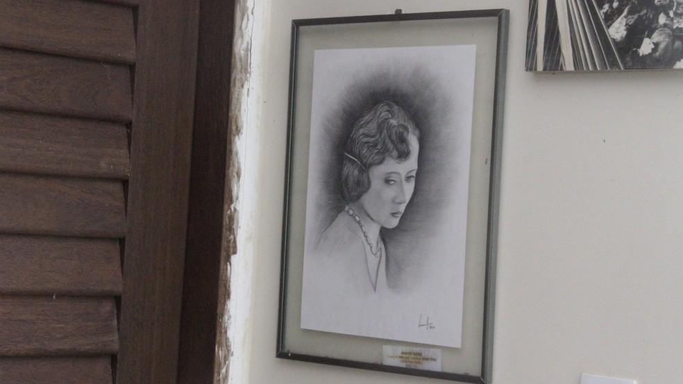 Ilustração de Anayde Beiriz na sala de estar da sobrinha, em João Pessoa — Foto: Dani Fechine/G1