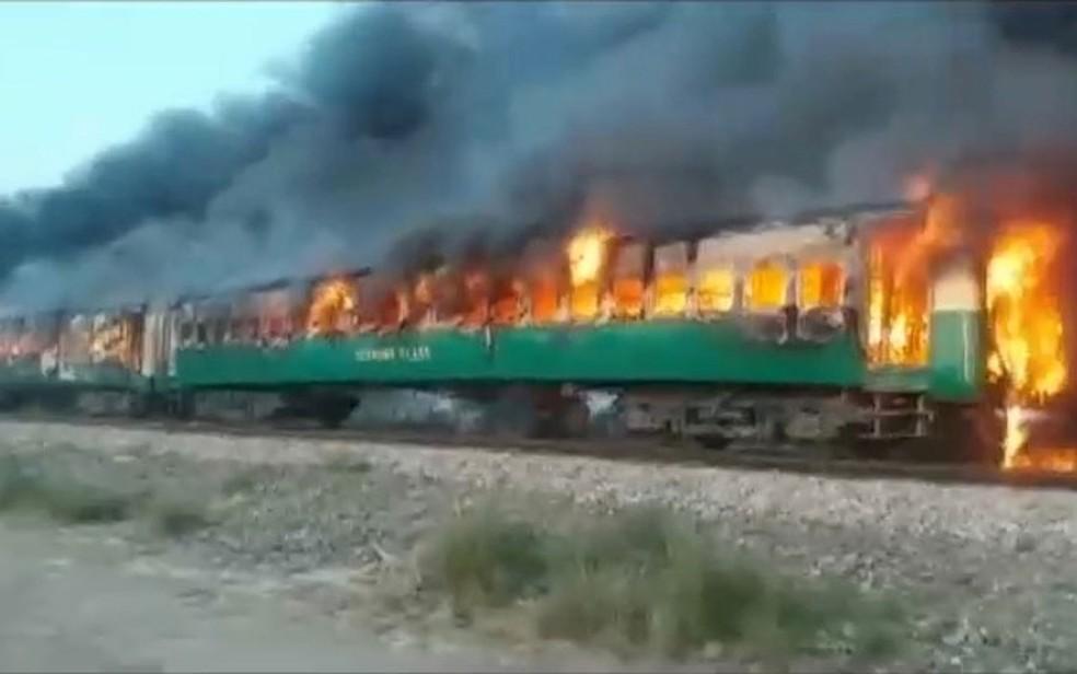 Explosão e incêndio em trem no Paquistão — Foto: Asghar Bhawalpuri / via Reuters TV