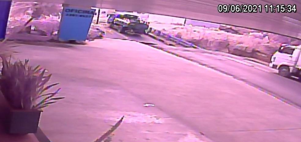 Imagem mostra ponte desabando em Brusque — Foto: Reprodução/NSC TV