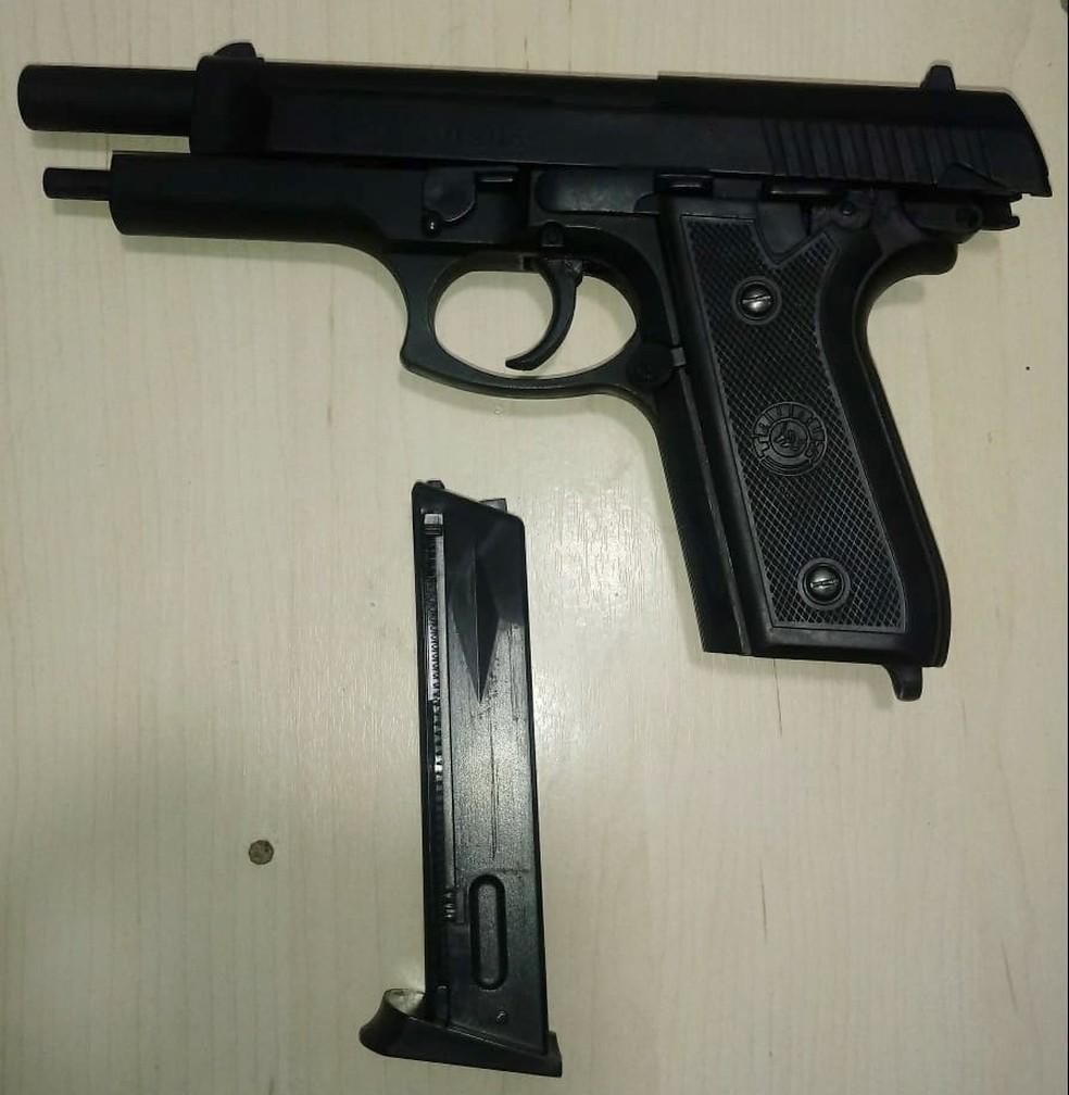 Pistola de brinquedo foi apreendida com o assaltante baleado (Foto: PM/Divulgação)