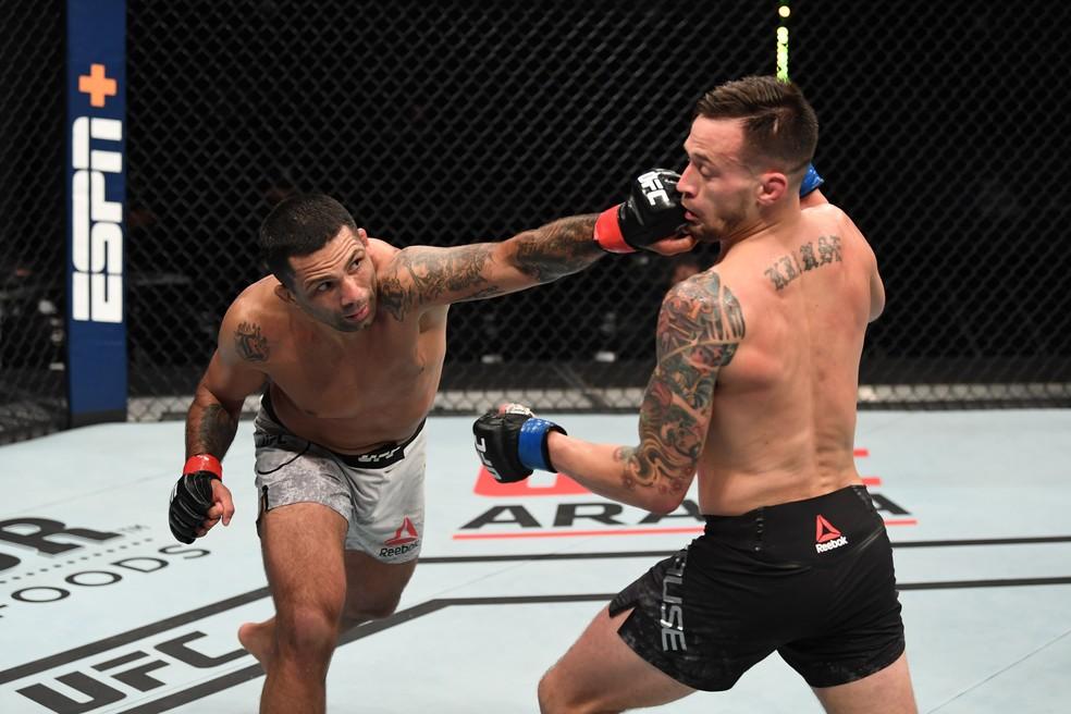 Cláudio Hannibal buscou a trocação durante a maior parte da luta contra James Krause no UFC Ortega x Zumbi Coreano — Foto: Getty Images