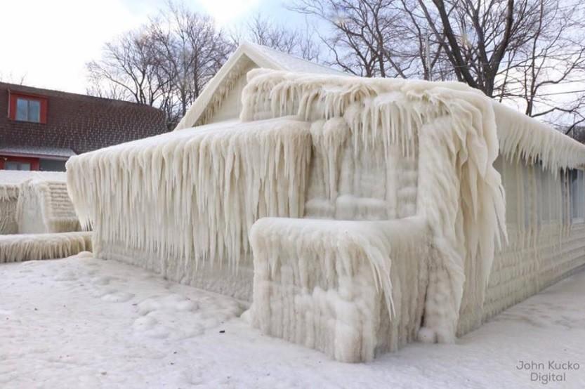 Uma casa transformada em bloco de gelo