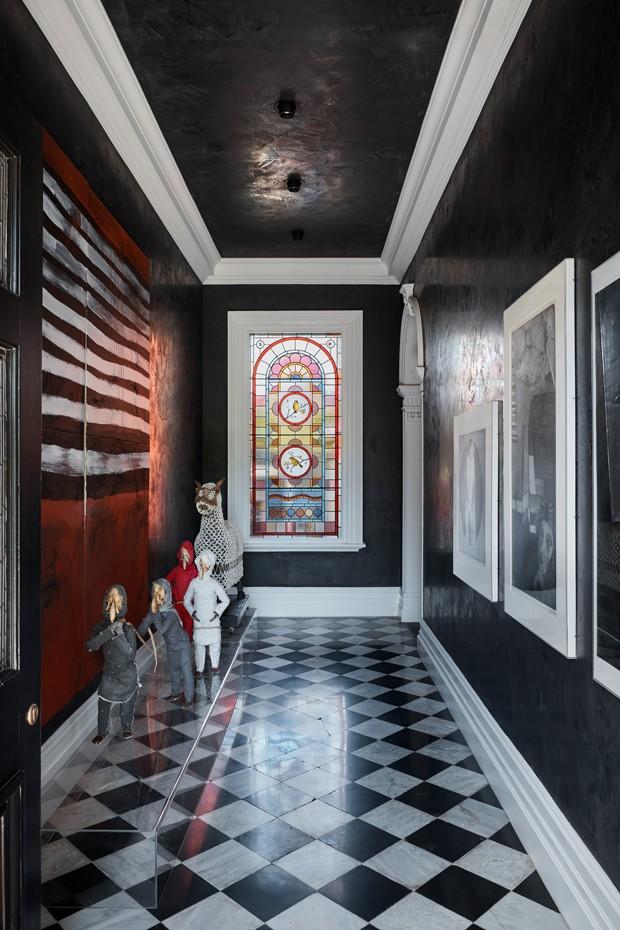 Casa antiga ressurge contemporânea, com drama e arte (Foto: Lucas Allen/ Divulgação)