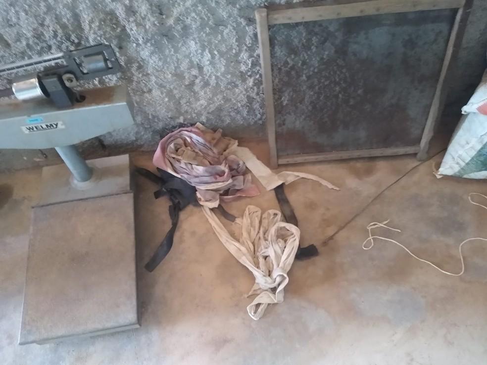 Trabalhadores foram amarrados durante roubo — Foto: 190 Urgente/Reprodução