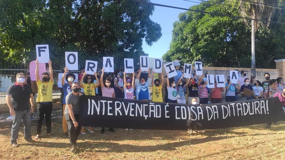 Alunos e técnicos protestam contra a posse da nova reitora da Ufersa, Ludimilla Oliveira  — Foto: Isaiana Santos