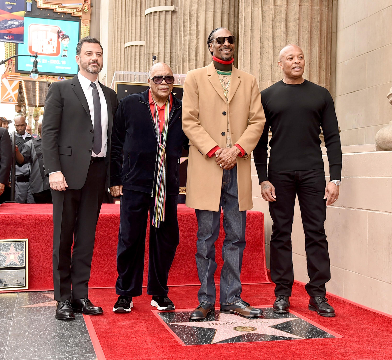 O apresentador Jimmy Kimmel, o produtor Quincy Jones e o rapper Dr. Dre no evento de inauguração da estrela de Snoop Dogg na Calçada da Fama de Hollywood (Foto: Getty Images)
