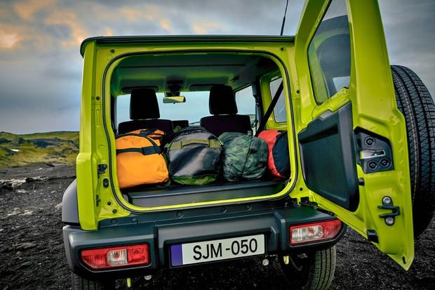 O porta-malas continua a ser minúsculo, mas, para ajudar, os bancos para dois atrás são rebatíveis separadamente (Foto:  Divulgação)