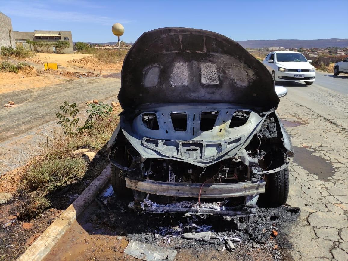 Carro fica danificado após pegar fogo em Montes Claros