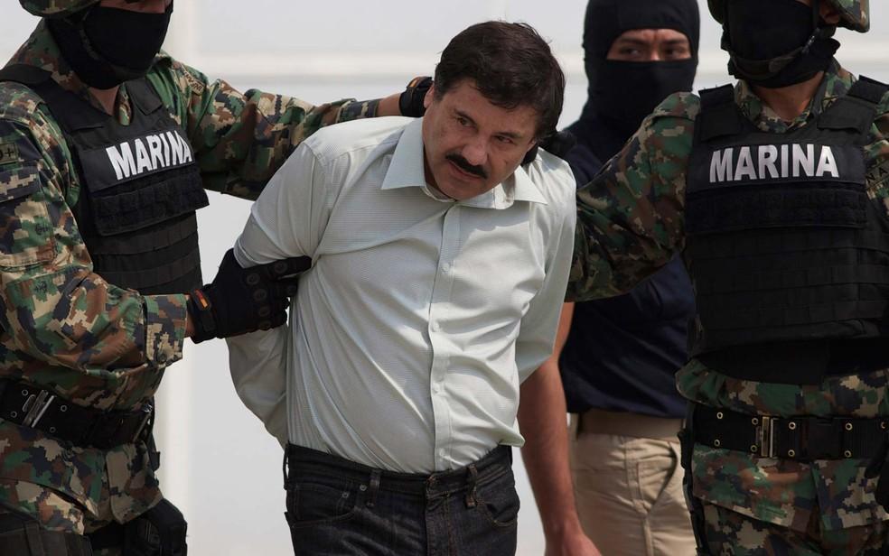 Imagem de 22 de fevereiro de 2014 mostra Joaquín El Chapo Gúzman sendo escoltado por fuzileiros navais até um helicóptero na Cidade do México — Foto: AP Photo/Eduardo Verdugo