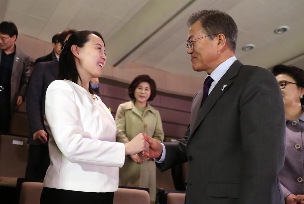 O presidente da Coreia do Sul Moon Jae-in cumprimenta a irmã do líder norte-coreano, Kim Yo Jong, em 11 de fevereiro, no Teatro Nacional de Seul (Foto: Bee Jae-man/Yonhap via AP)