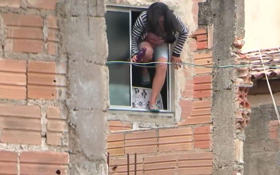 Após discuido do ex-marido, que a mantinha refém, mulher pulou a janela de casa e fugiu (Foto: Reproduçao/ TV Sudoeste)