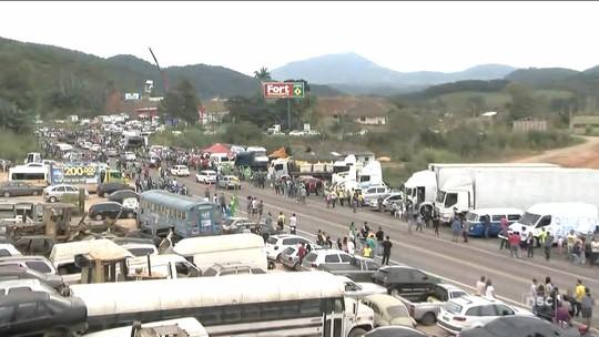 Em atos em SC, ciclistas levam comida a caminhoneiros e passeata reúne milhares
