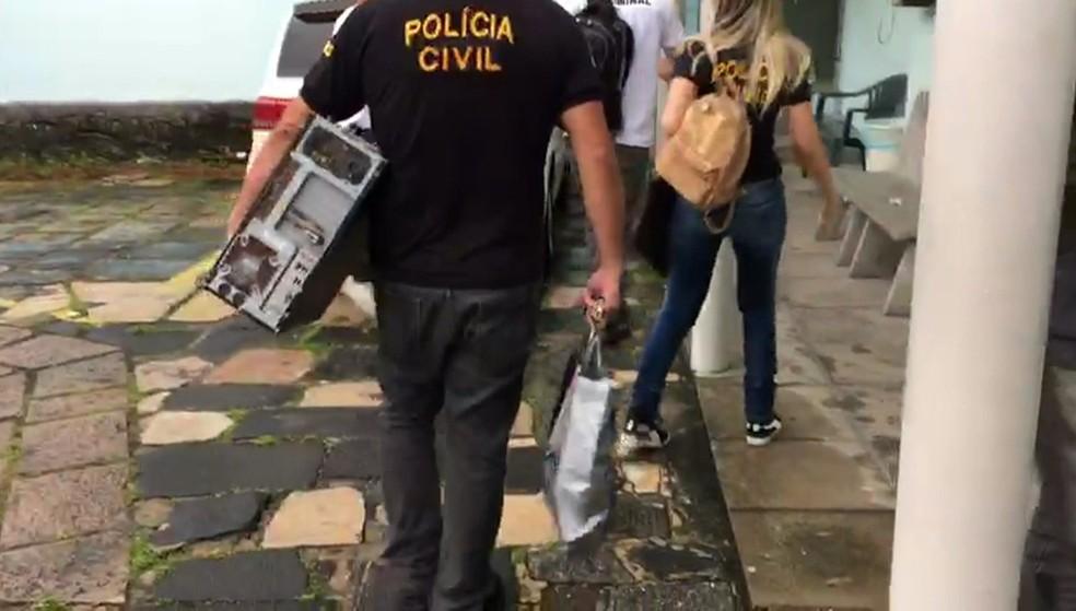 Computadores foram apreendidos durante ação contra pornografia infantil no Grande Recife, nesta quinta-feira (17) (Foto: Reprodução/Polícia Civil)