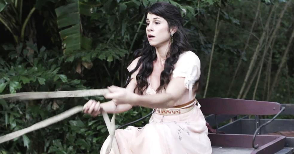 Com muito esforço, Mariana consegue colocar Brandão na carroça e levá-lo para casa (Foto: TV Globo)