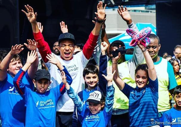 Mbappe com as crianças da ONG Premiers de Cordée (Foto: Instagram/Reprodução)