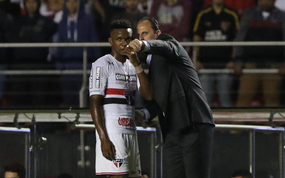 Thiago Mendes recebe orientação de Ceni no São Paulo — Foto: Rubens Chiri/saopaulofc.net