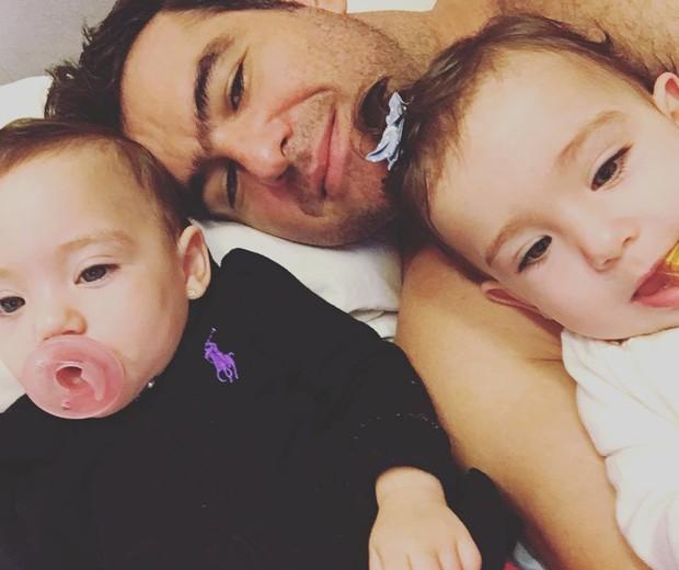 Thierry Figueira e as filhas, Nina e Rafaela (Foto: Reprodução/Instagram)