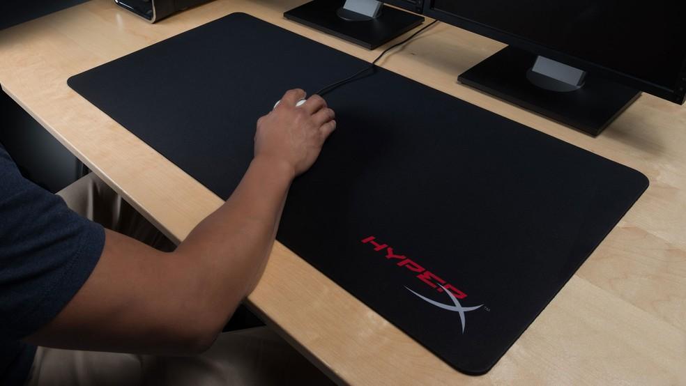 Mousepad da Hyperx exige um bom espaço na mesa — Foto: Divulgação/Hyperx