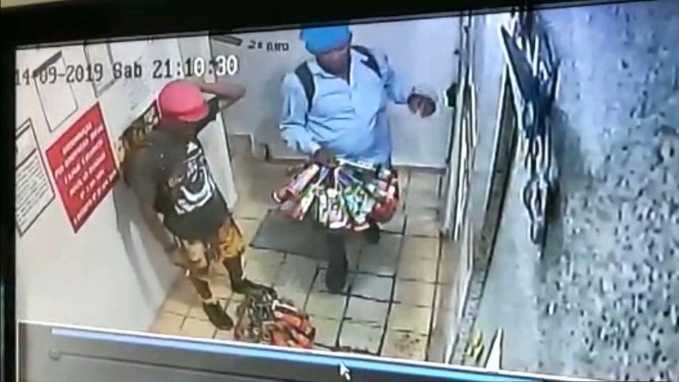 Imagens de câmara de segurança mostraram o momento em que a vítima e outros ambulantes chegaram na pousada, em João Pessoa — Foto: Reprodução/TV Cabo Branco