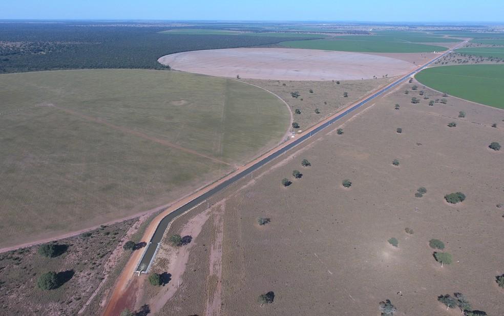 Imagem aérea mostra canal de 8 km de extensão cercado por pivôs de irrigação, em Jussara, Goiás (Foto: Divulgação/Dema)