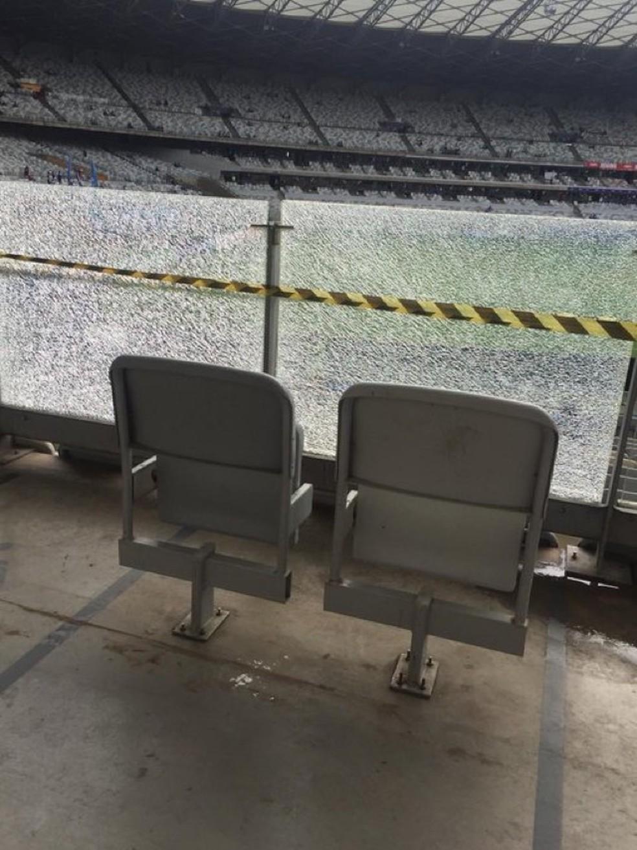 Mineirão tem vidros quebrados no setor de cadeirantes — Foto: Arquivo pessoal