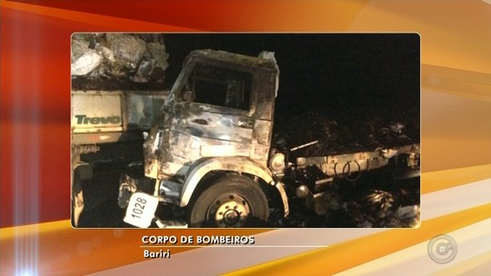 Caminhão carregado de amendoim pega fogo após colisão entre Jaú e Bariri