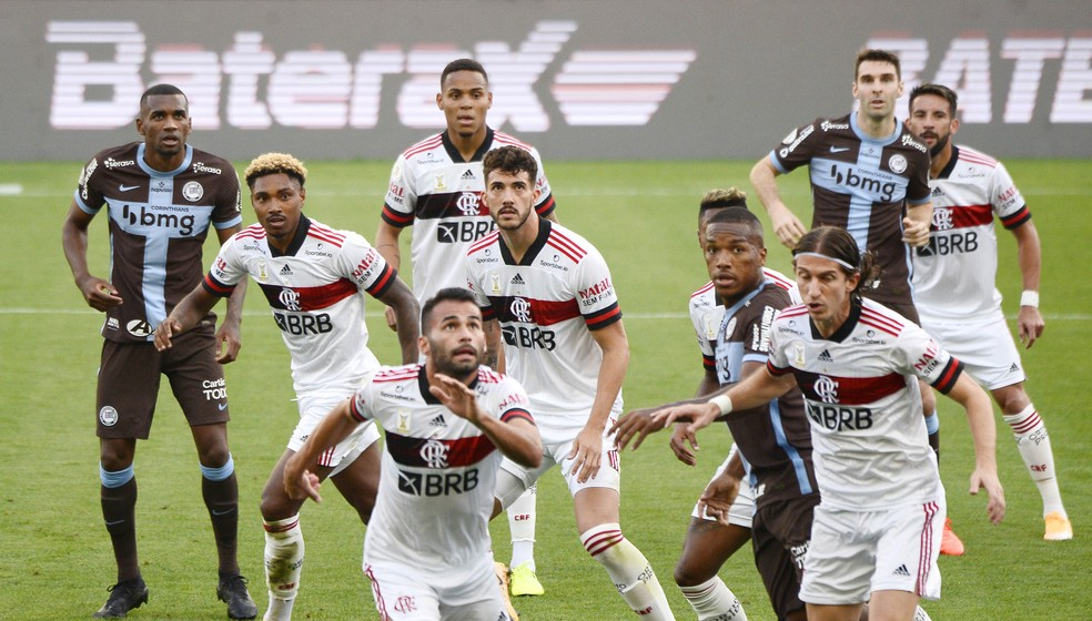 Flamengo voltou a cometer falhas defensivas e a ter problemas nas bolas aéreas — Foto: Marcos Ribolli