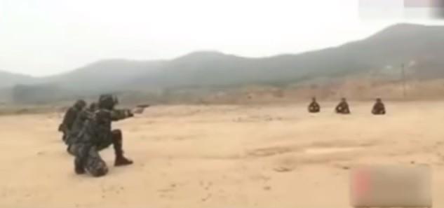 Soldados chineses atiram em maças sobre as cabeças de companheiros