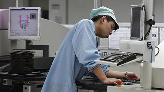 Funcionário da ZTE trabalha em linha de montagem de fábrica em Shenzhen, na província de Guangdong, na China, em abril de 2012 (Foto: Tyrone Siu/Reuters)