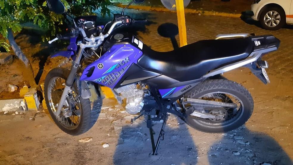 Moto do entregador foi levada e em seguida recuperada — Foto: Sérgio Henrique Santos/Inter TV Cabugi