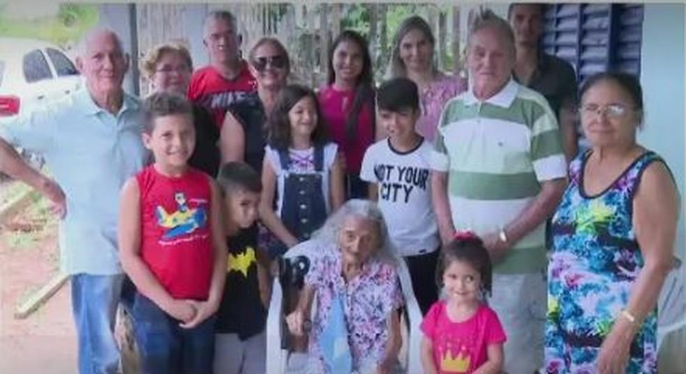 Família posa para foto com dona Raimunda (Foto: Reprodução Rede Amazônica Acre)