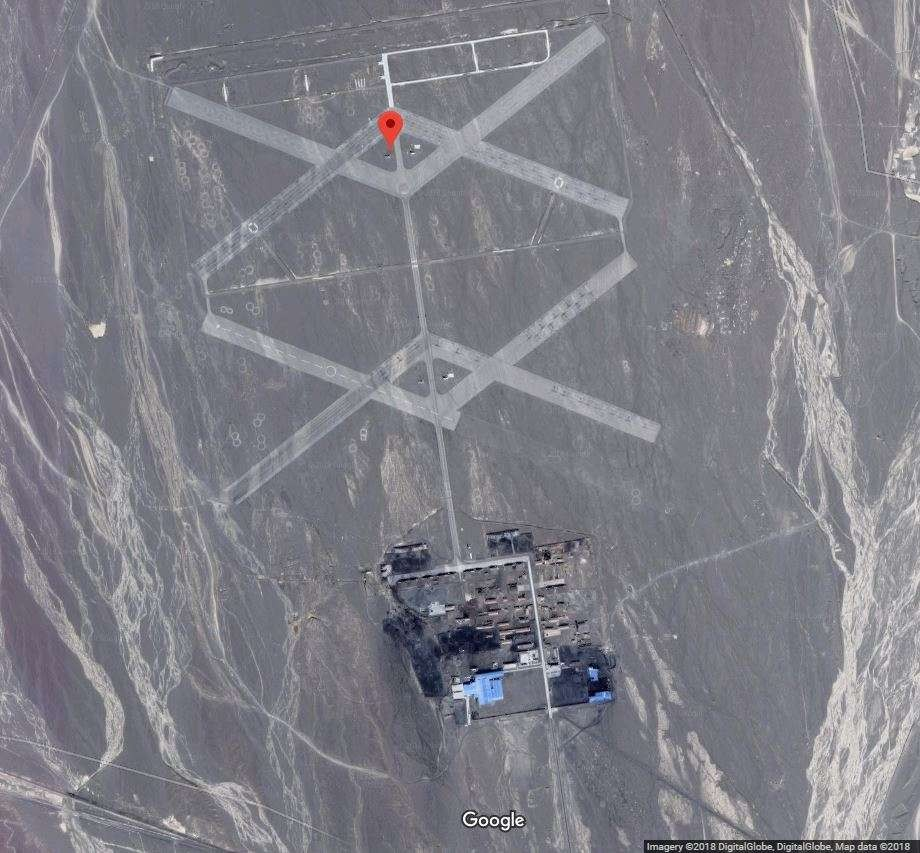 Faixas cruzadas de asfalto encontradas no Deserto de Gobi (Foto: Google Earth)